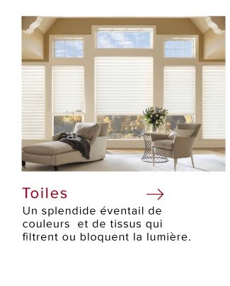 Salon lumineux avec grandes fenêtres et toiles blanches sur mesure par Hunter Douglas