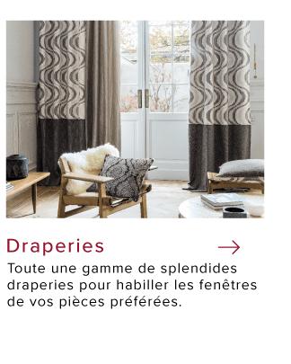 Salon aux grandes fenêtres avec draperies à motifs sur mesure